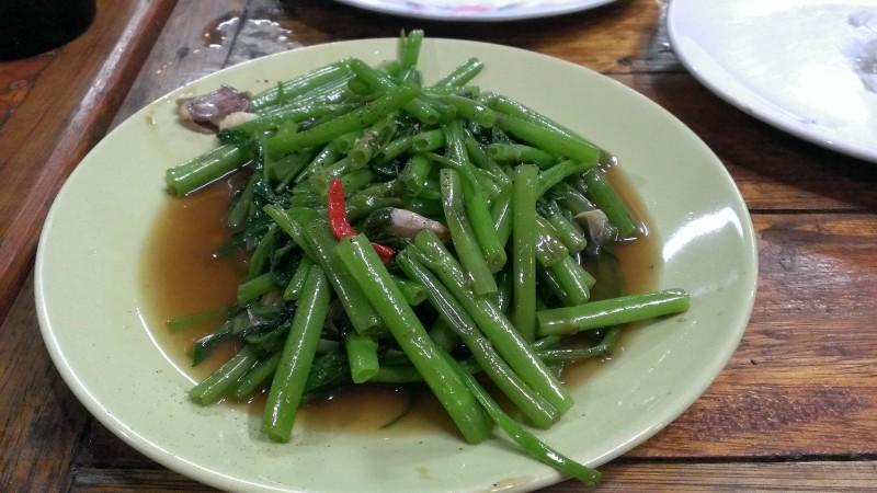 空芯菜のオイスターソース炒め。全体は食べやすい中華料理の様だが、1cm強の赤くて小さなチリが、口の中で暴れる。